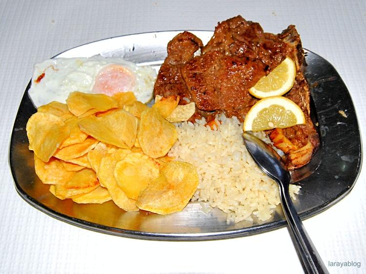 Plato de carne en el restaurante A Ribeira de Fronteira