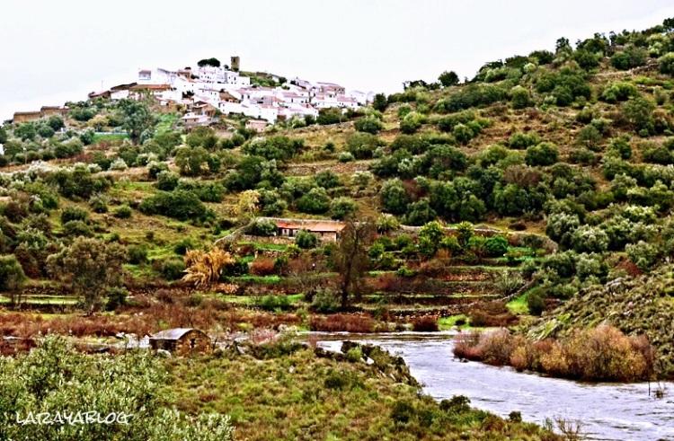 Segura, pueblo fronterizo portugués visto desde el rayano río Erjas