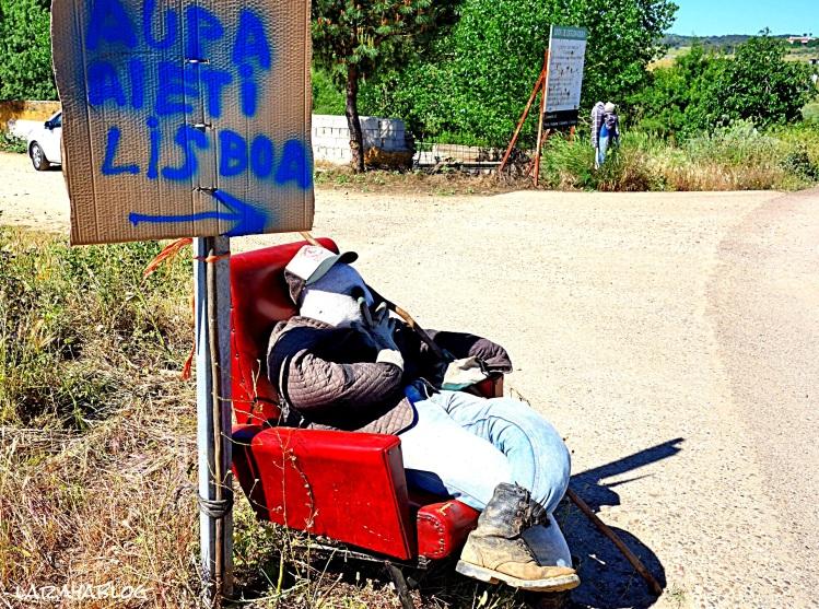 Fantoche acomodado en una curva de la carretera que lleva desde Alburquerque hasta La Codosera y Ouguela